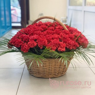"""Корзина красных гвоздик """"Праздничный май"""""""